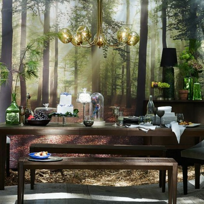wunderschönes-Esszimmer-Interieur-hölzerner-Esstisch-Bank-ausgefallene-wanddeko-stylische-tapeten-Wald-Bild