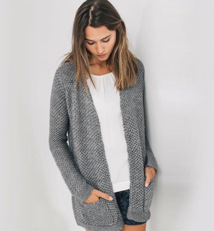 wunderschönes-Modell-strickjacke-grau-schönes-Strickmuster-strickcardigan