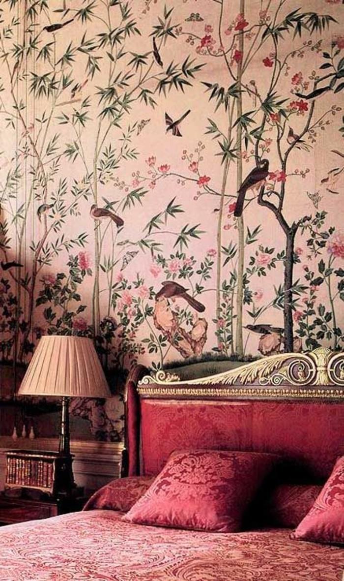 wunderschönes-tapeten-design-wald-Motive-rotes-Bett-goldener-Rahmen