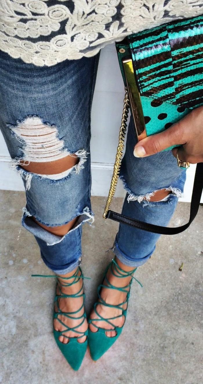 zerrissene-Jeans-effektvoller-Clutch-schöne-grüne-Schuhe