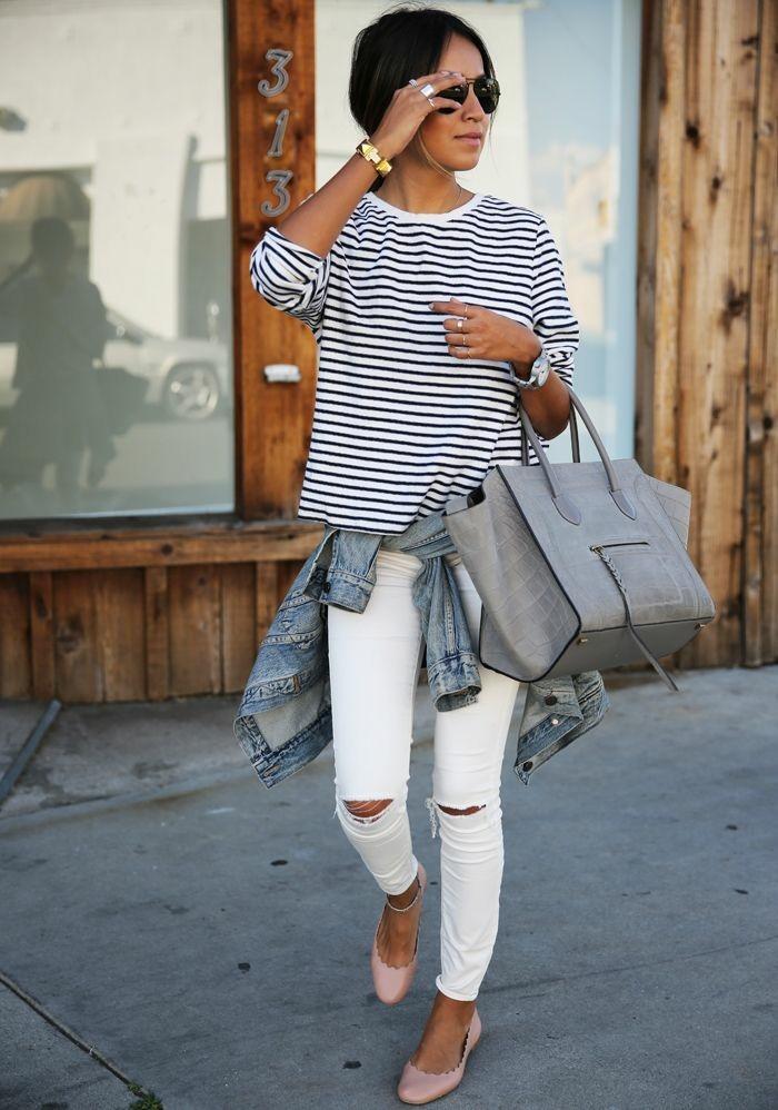 zerrissene-Jeans-weiße-jeans-damen-gestreifte-Bluse-graue-maxi-Tasche