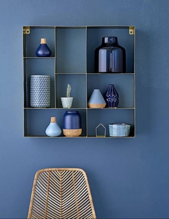 moderne Wandfarben - blaue Wand und Regale mit Art Vasen