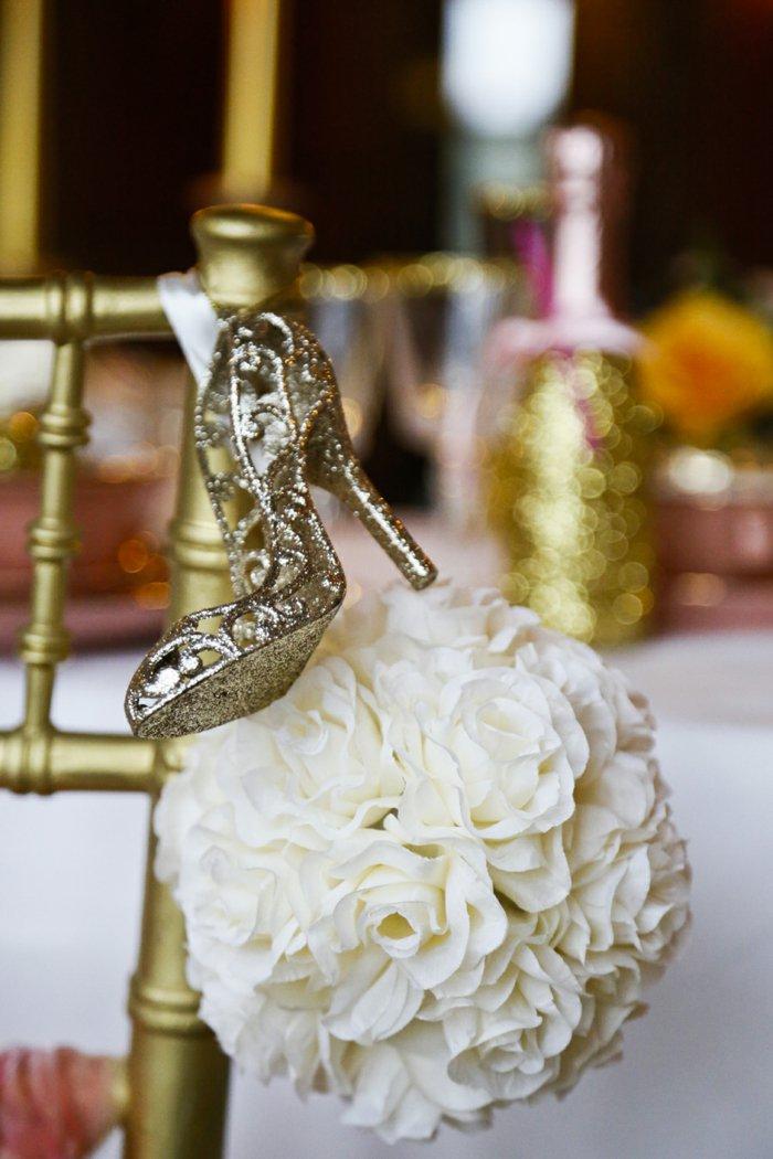 2-romantische-Hochzeitsidee-goldene-Schuhe-inspiriert-vom-Aschenputtel-Märchen