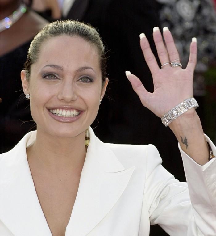 Angelina-Jolie-kleines-Tattoo-Drachen-Darstellung