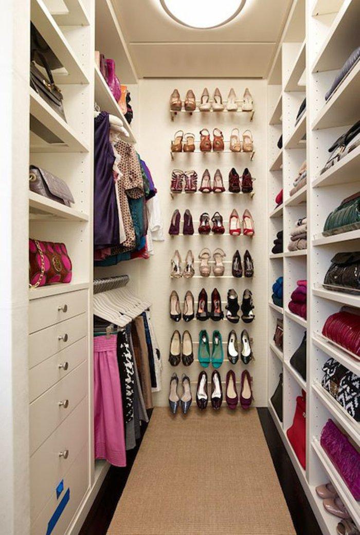 Ankleidezimmer-Garderobe-mit-Ständern-für-Damen-Schuhe
