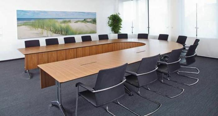Büromöbel-konferenztisch-holz-viele-stühlw