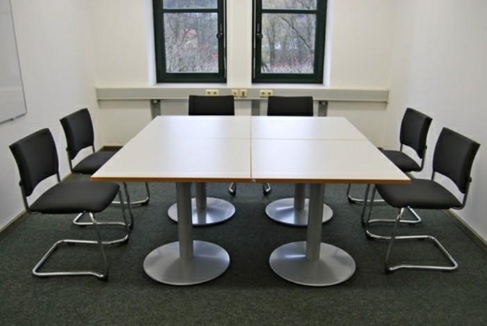Besprechung stisch-mit-schwarzen-stühlen