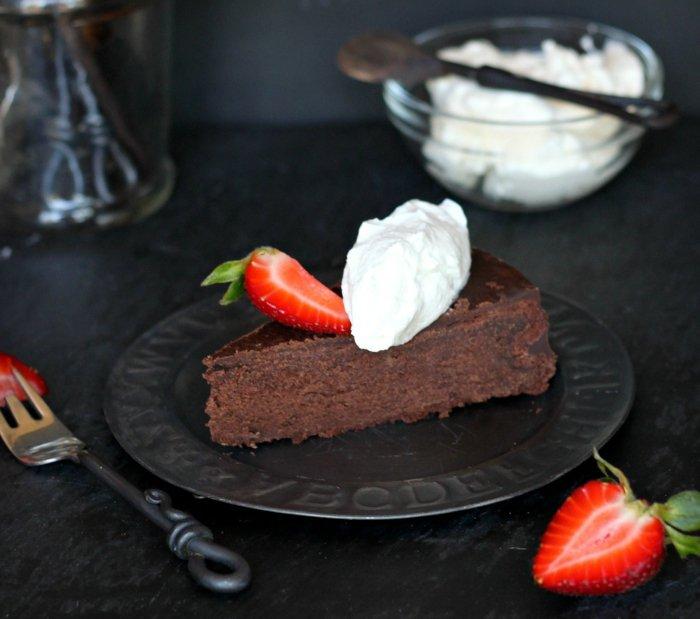 Bester-Schokoladen kuchen-mit-erdbeere-und-creme