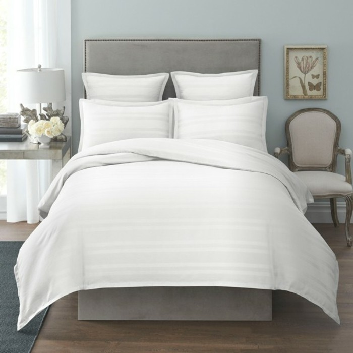Bettwäsche-weiß-holzboden-und-weiße-nachttischlampe