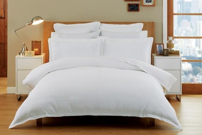 Bettwäsche-weiß-und-nachttische-mit-rollen