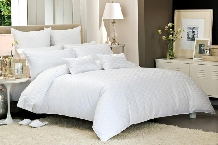 Bettwäsche-weiß-weicher-teppich-schlafzimmer-elegant