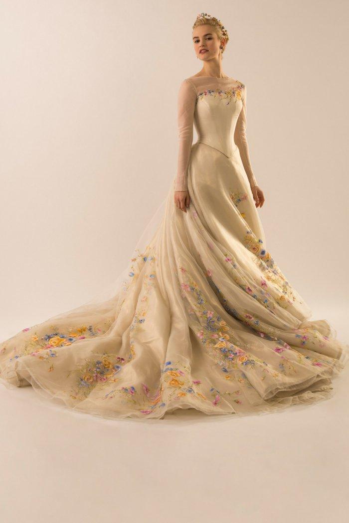 Braut-angekleidet-als-die-Märchenfigur-der-Brüder-Grimm