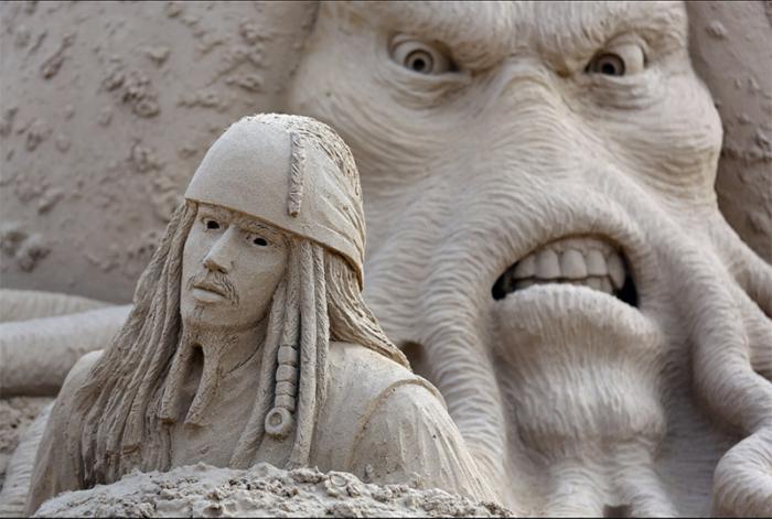 moderne-Skulpturen-aus-Sand-Jack-Sparow-der-Kraken