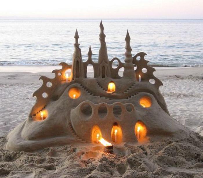 Deko-Skulptur-aus-Sand-Schloß-beleuchtet-von-Kerzen
