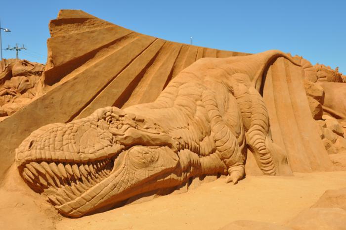 moderne-Skulpturen-aus-Sand-die-Dinosaurier-Epoche