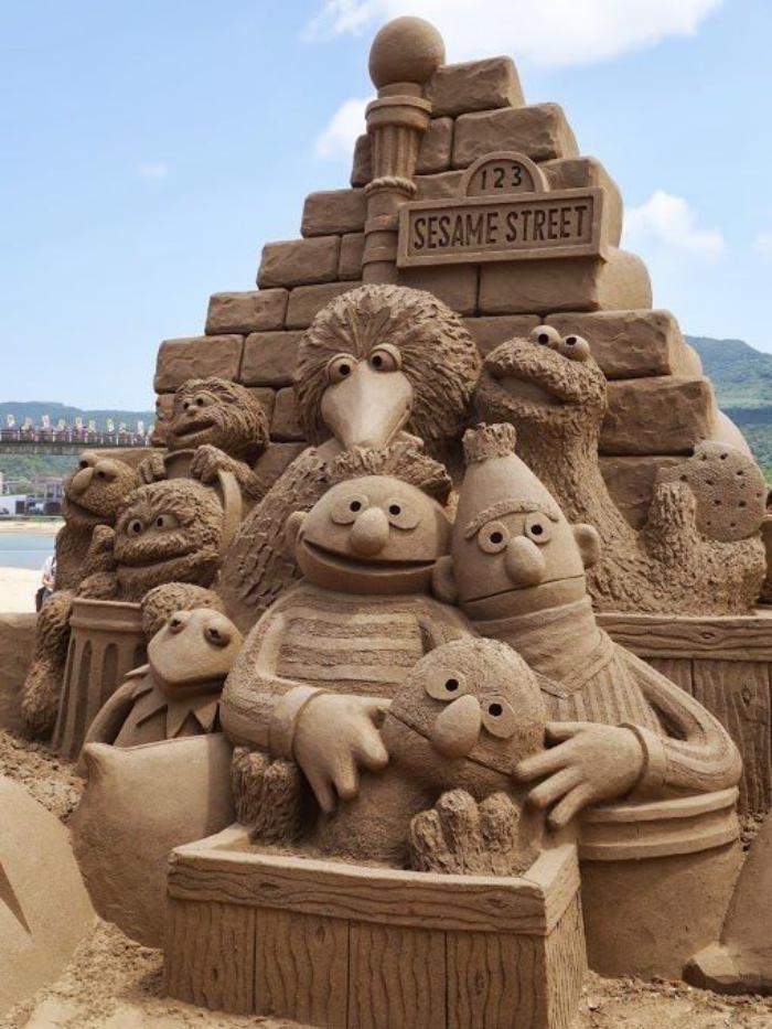 moderne-Skulpturen-aus-Sand-die-Personen-von-Sesame-Street