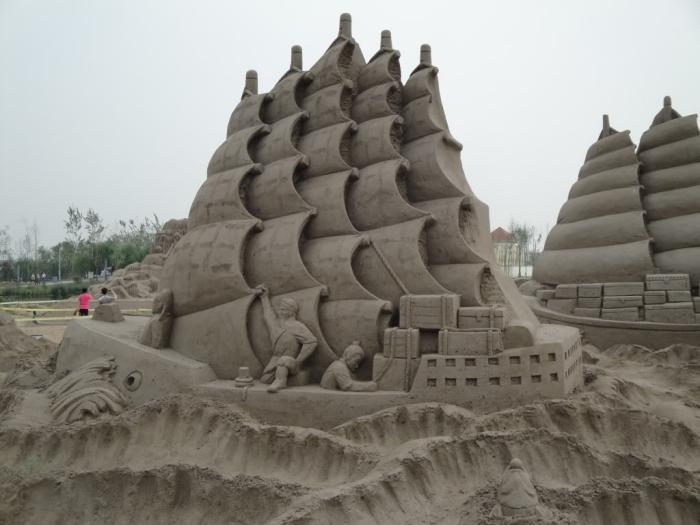 Deko-Skulptur-aus-Sand-von-großem-Schiff