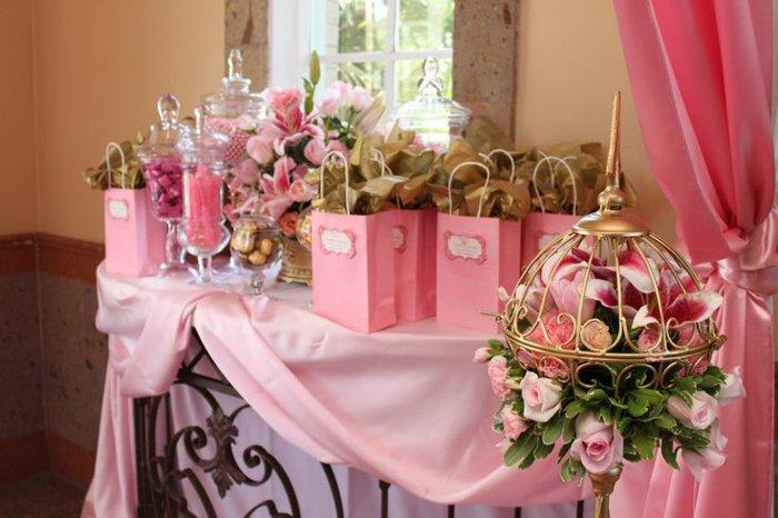 Dekoration-in-Pink-für-eine-Dornröschen-Party