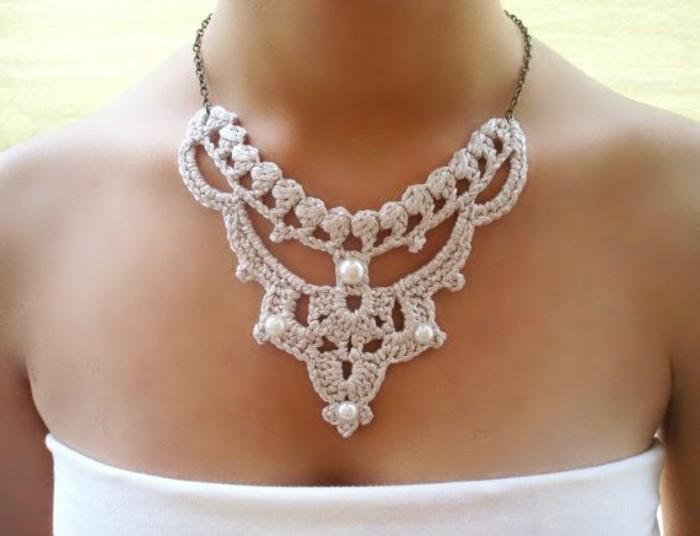 Designerschmuck-gestrickte-Kette-dekoriert-mit-Perlen