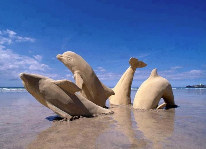 Delfine-Figuren-gemacht-aus-Sand
