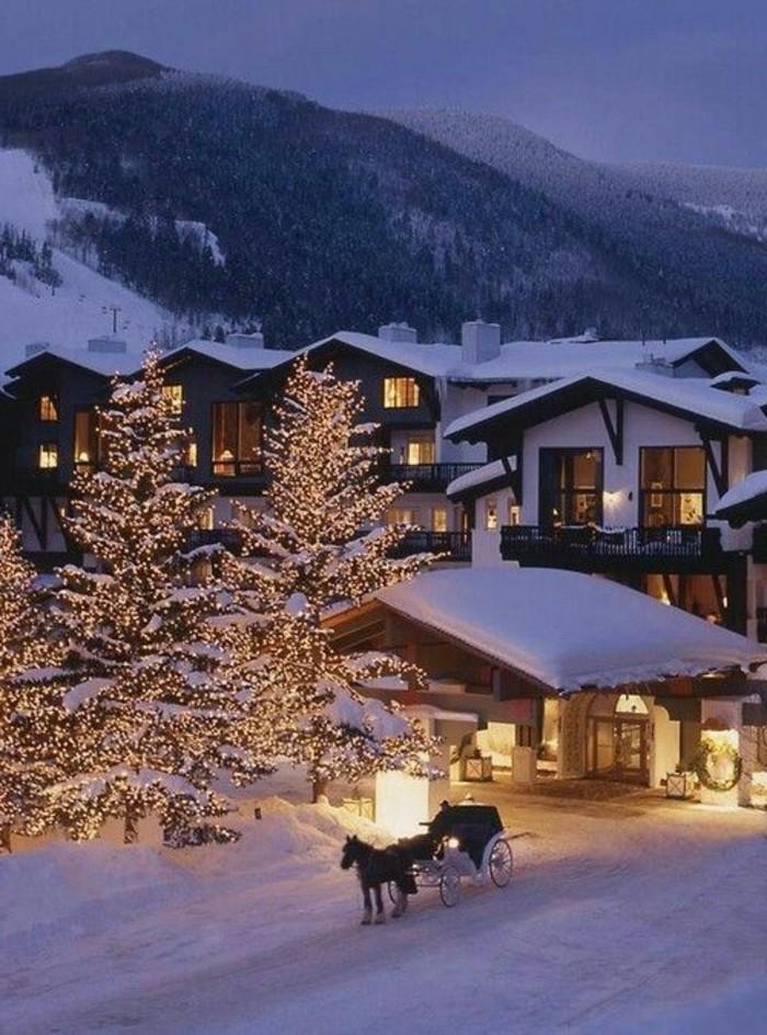 Dorf-im-Gebirge-Winterbilder-Weihnachten-geschmückte-Tannenbäume-Winterromantik