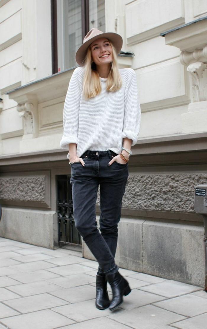 Filzhüte-beige-pullover-weiß-und-jeans-dunkel