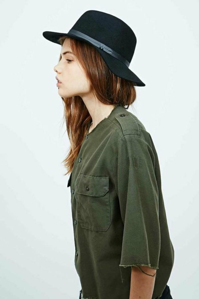 Filzhut-schwarz-und-grünes-hemd