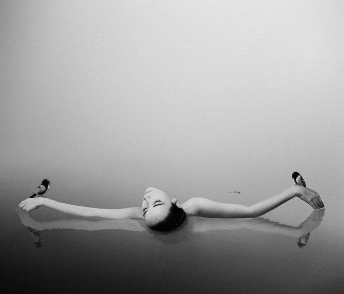 Fine-Art-Fotografie-Mädchen-im-Wasser-mit-zwei-Vögeln