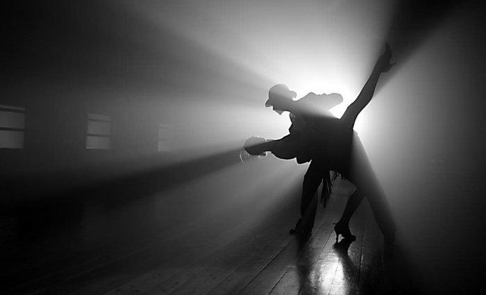 Fine-Art-Fotografie-tanzendes-Paar-im-Schatten