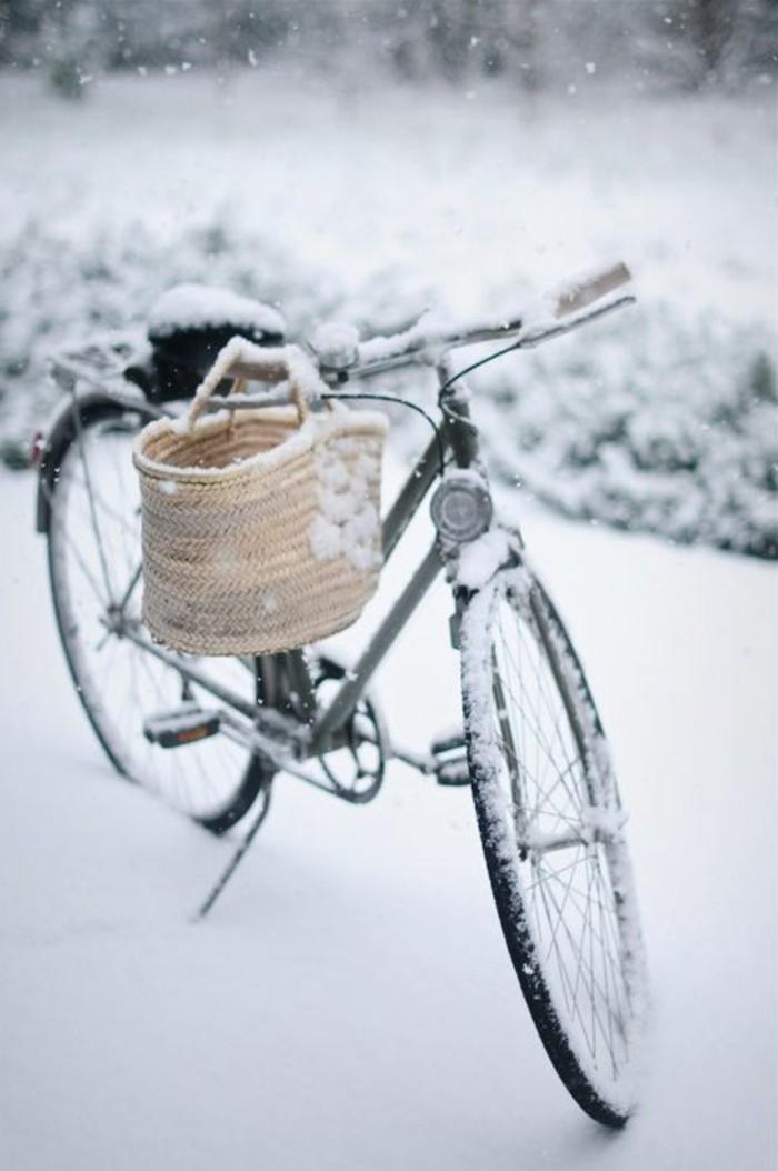 Fotografie-mit-Wintermotiven-Fahhrad-im-Schnee-coole-Illustration-mit-Schneemotiven