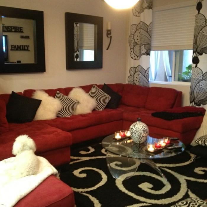 Gardinen-Teppich-Kissen-mit-schwarz-weißem-Muster-Ecksofa-rot