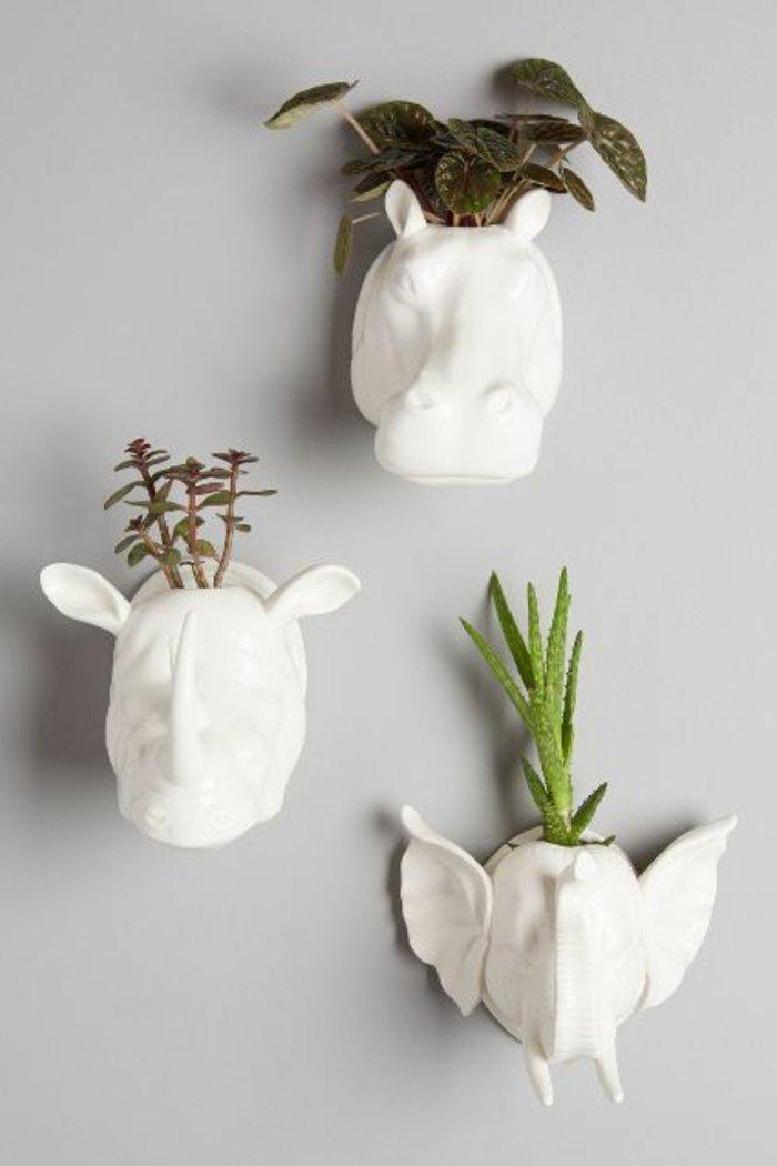 Grünpflanzen-in-Art-Vasen-als-Wanddekoration