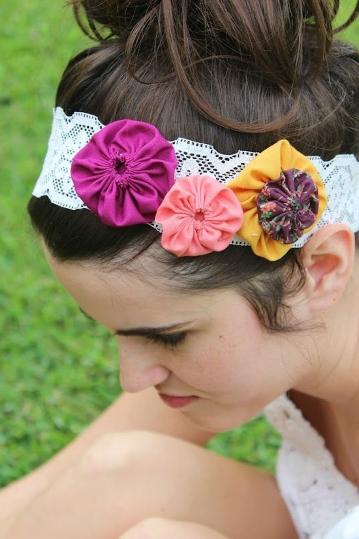 Haarband-aus-Spitze-dekoriert-mit-Blumen-aus-Textil