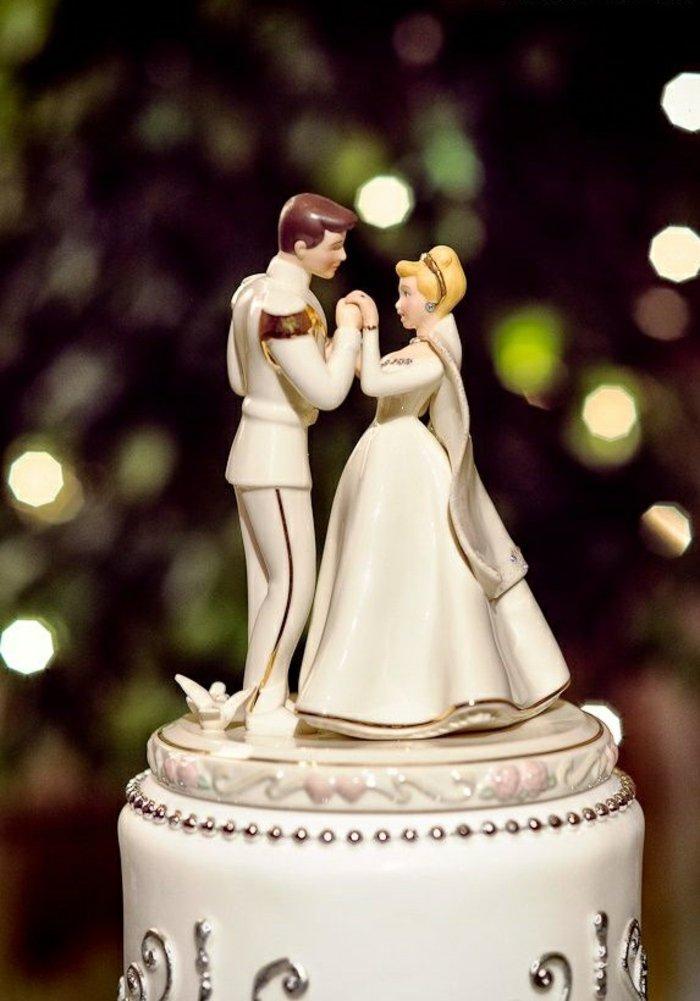 Hochzeitstorte-Silhouetten-der-Brautleute-Aschenputtel-und-der-Prinz