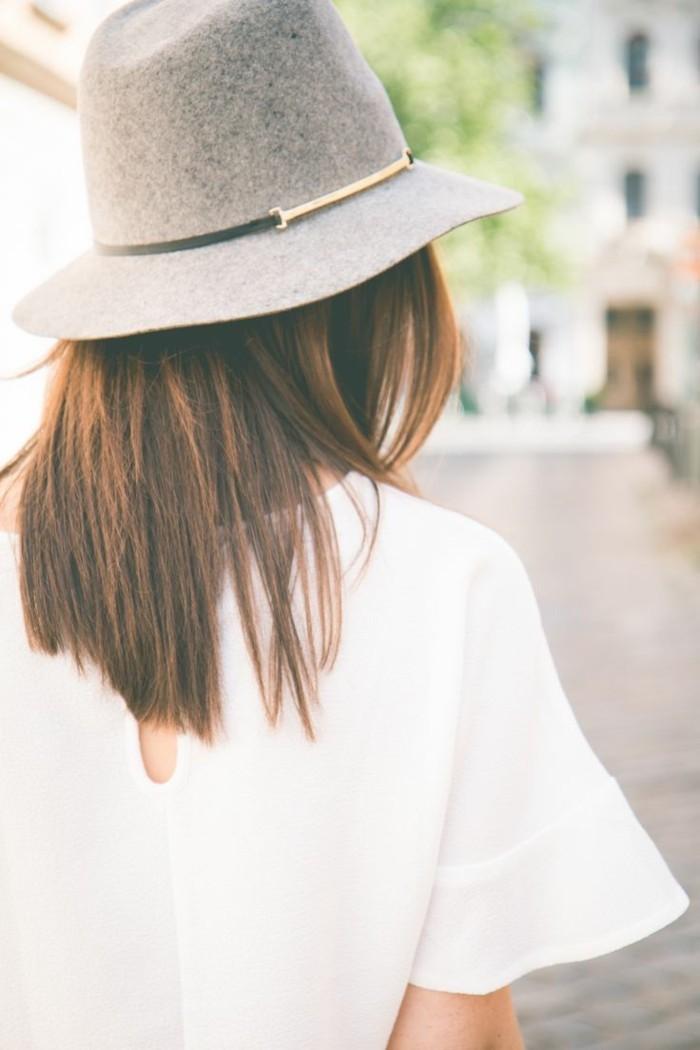 Hut-Filzen-grau-weiße-bluse-aus-seide