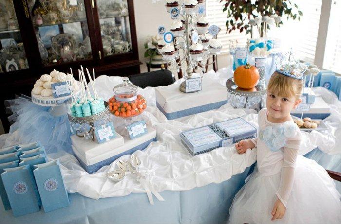 Kinder-Geburtstagsparty-in-Blau-und-Weiß-inspiriert-vom-Aschenputtel-Märchen