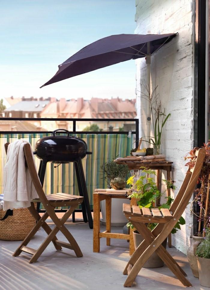Klappstuhl-Camping-aus-holz-auf-dem-balkon