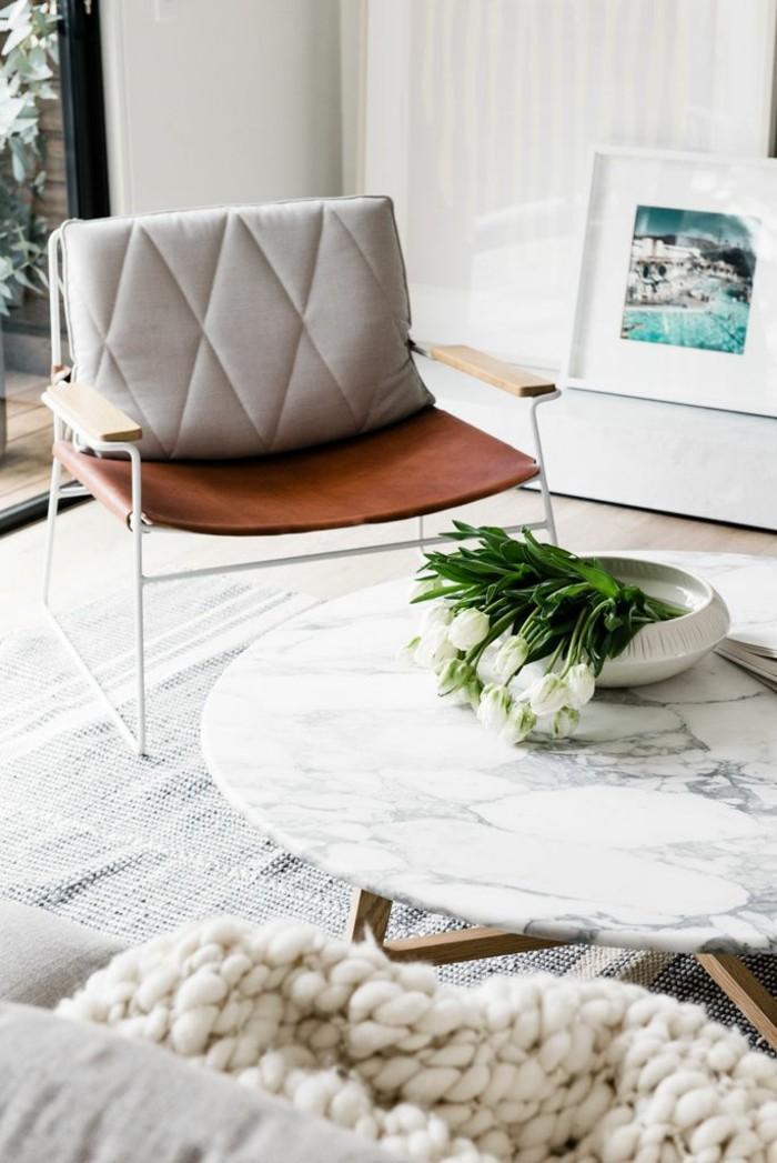 Klappstuhl-Camping-und-marmor-couchtisch