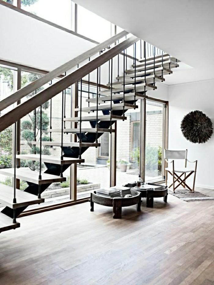 Klappstuhl-Camping-und-treppen-im-wohnzimmer