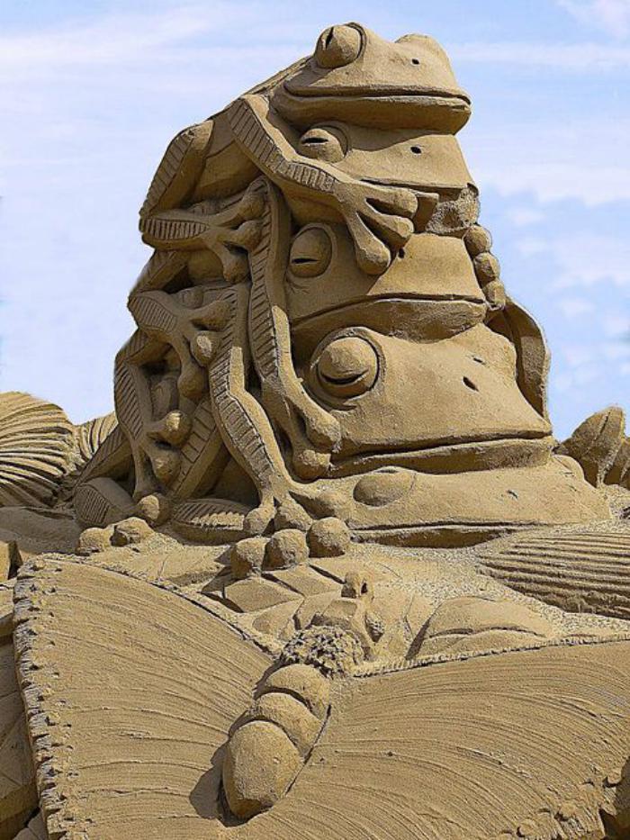 Kunst-Skulpturen-aus-Sand-Frösche-aufeinander