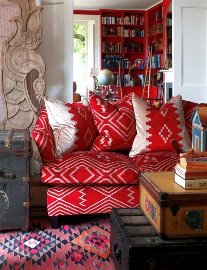Möbel-mit-ethnischen-Motiven-Boho-Stil-Sofa-rot