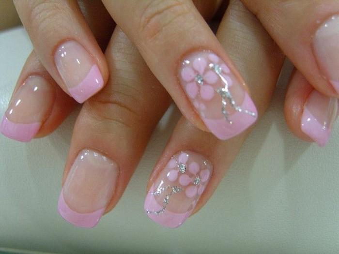 Nagellack-glitzer-blumen-muster-french-maniküre-rosig