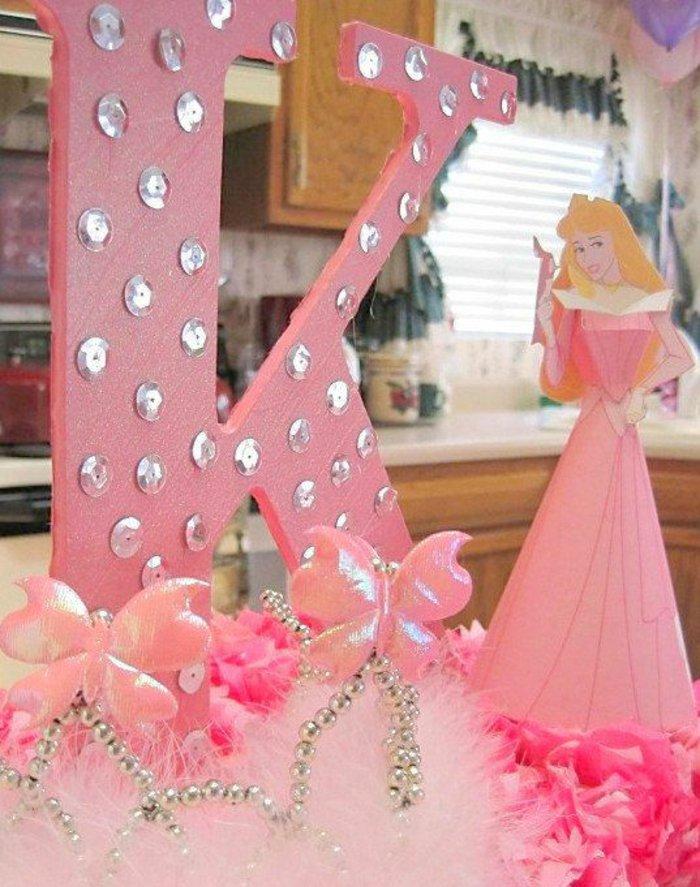 Pink-Dekoration-mit-Dornröschen-Motiven