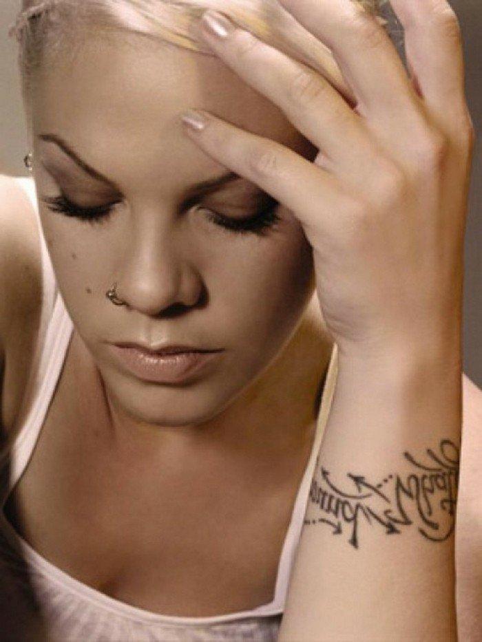 Pink-Tattoo-Schriftzug-coole-Tattoo-Ideen