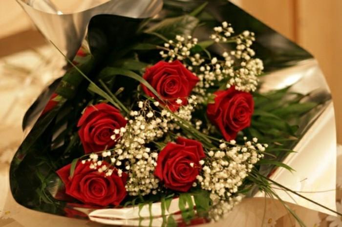 Rosen strauß-mit-weißen-akzenten