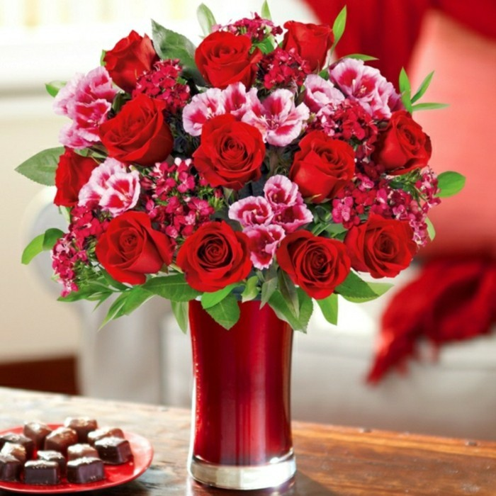 Rosenstrauß-verschicken-in-vase-rot