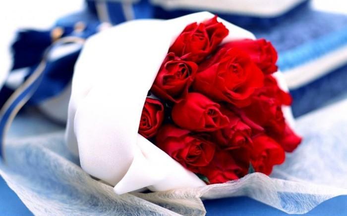 Rosenstrauß-verschicken-weiß-und-blau