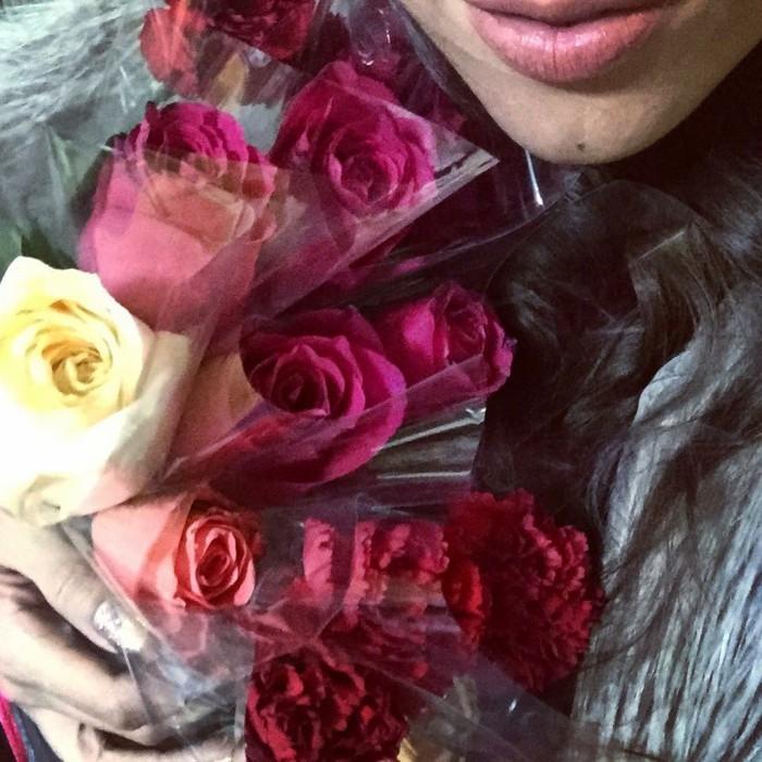 Rosenstrauss-aus-rot-gelb-und-rosige-rose