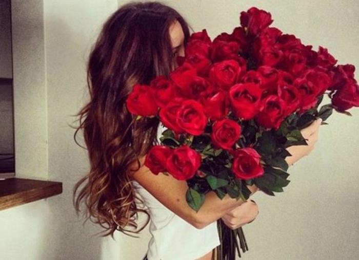 Девушка с розами картинки