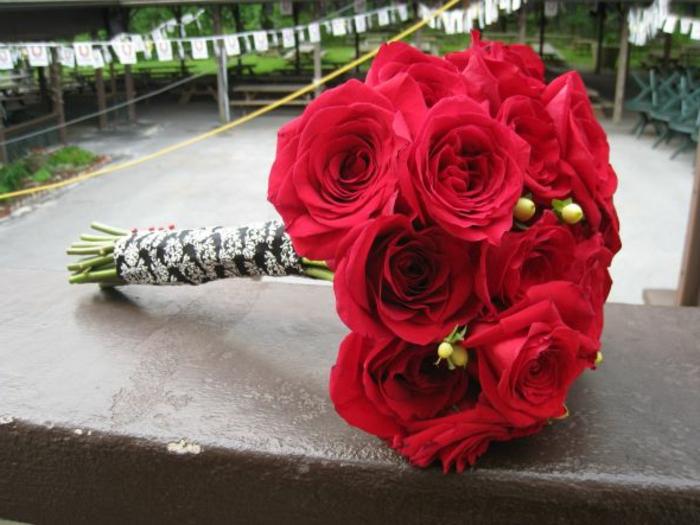 Rote-rosen-mit-brautstrauß